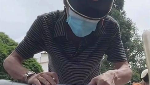 Vợ trong bệnh viện sắp mất, người đàn ông run rẩy, mắt ướt lệ được CSGT