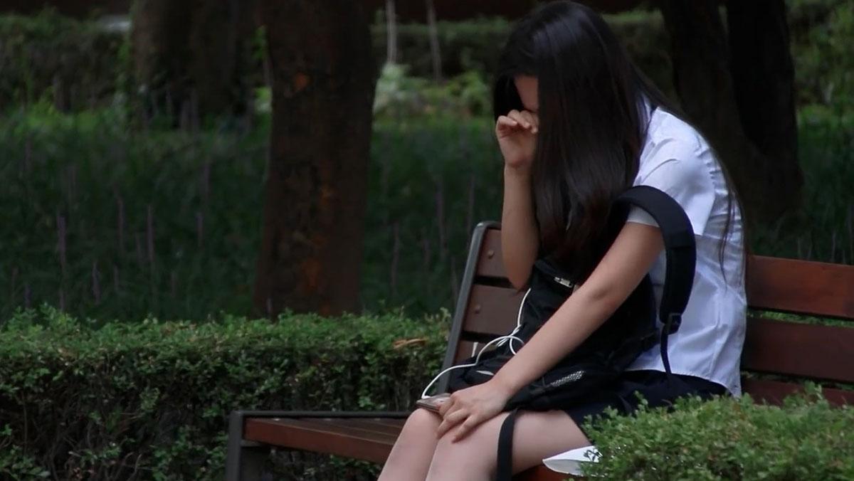 Phản ứng của người lạ ở Hàn Quốc khi thấy một nữ sinh đang khóc