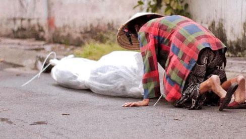 Nghẹn ngào hình ảnh người phụ nữ ở Sài Gòn khóc nấc, lặng lẽ đứng nhìn người chồng vừa qua đời trên chiếc xe lăn được đội cứu trợ