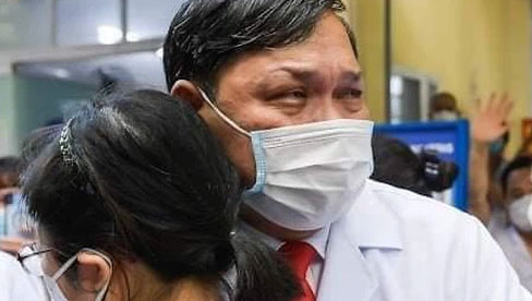 Bức ảnh bác sĩ Trần Danh Cường khóc nức nở chia tay học trò: Khi người đàn ông nổi tiếng