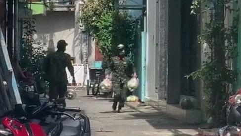 Anh bộ đội hớt hải giao từng túi thực phẩm giữa cái nóng đổ lửa của Sài Gòn, chỉ 8s ngắn ngủi mà sao dễ thương