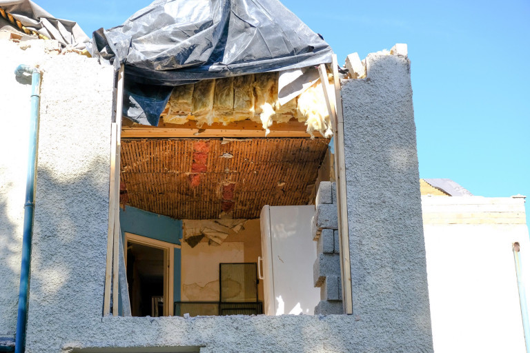 'Hục hặc' tiền bạc, nhà thầu lái máy xúc phá chung cư, thợ xây giật đổ mái nhà-3