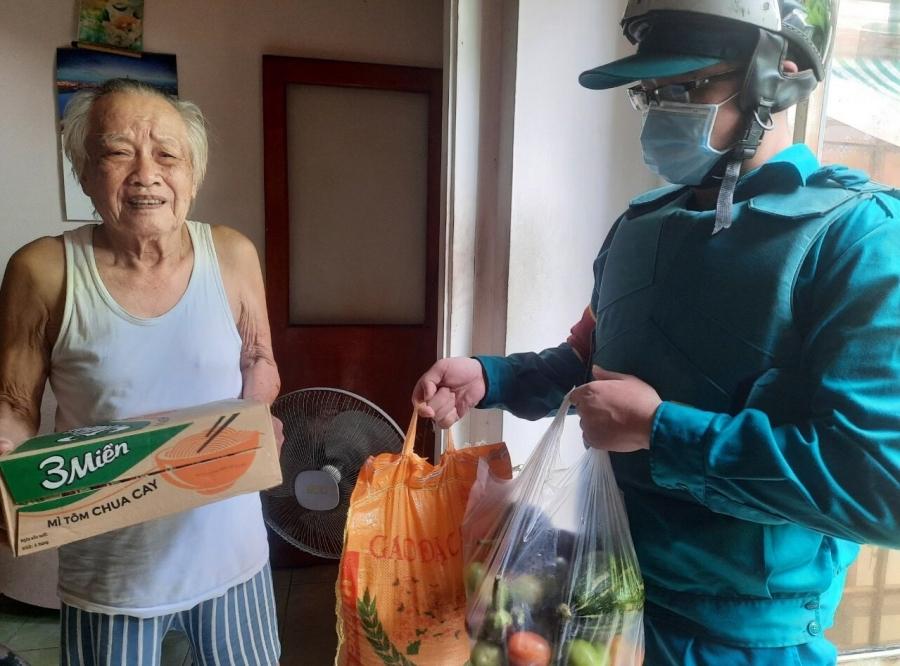 Cụ ông xin mua 1kg gạo về chăm vợ ốm: Ở nhà lớn, có lương hưu-3