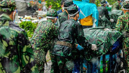 Các chiến sĩ bộ binh dầm mưa, mang rau củ tự tay trồng tặng bà con Sài Gòn khiến ai cũng xúc động
