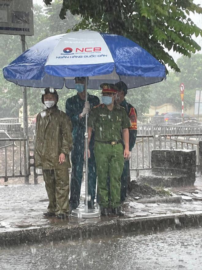 Hà Nội: Hình ảnh các cán bộ chiến sĩ làm nhiệm vụ trực chốt dưới cơn mưa tầm tã gây xúc động mạnh-3