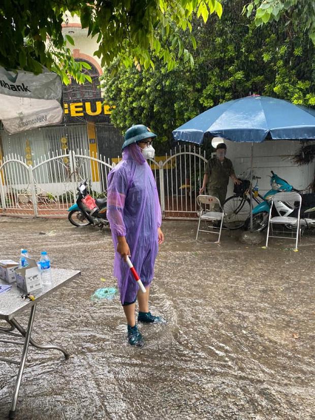 Hà Nội: Hình ảnh các cán bộ chiến sĩ làm nhiệm vụ trực chốt dưới cơn mưa tầm tã gây xúc động mạnh-4
