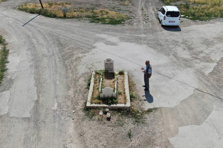 Nhà bị giải toả làm đường, ngôi mộ bí ẩn vẫn án ngữ giữa ngã ba-1