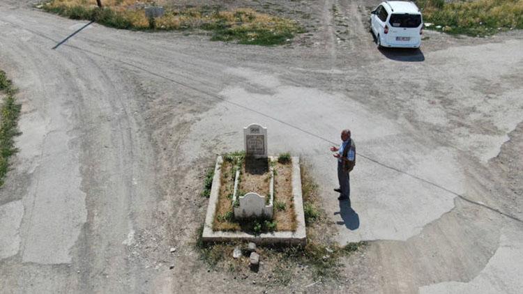 Nhà bị giải toả làm đường, ngôi mộ bí ẩn vẫn án ngữ giữa ngã ba