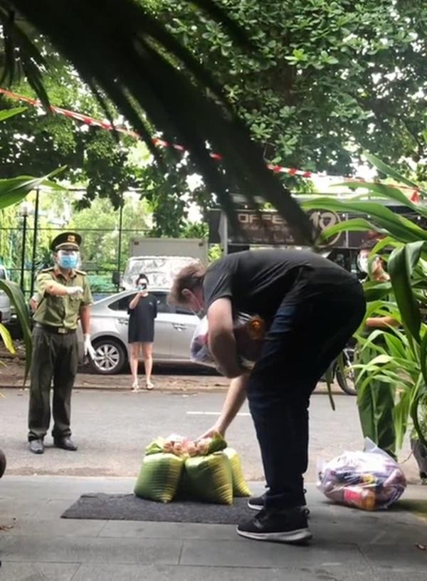 Chú công an với màn nói ngoại ngữ lưu loát hướng dẫn người nước ngoài nhận thực phẩm hỗ trợ khiến dân tình thích thú-1