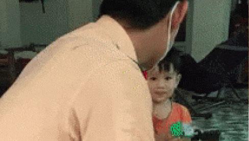 Clip: Chiến sĩ cảnh sát rơm rớm nước mắt khi con trai không nhận ra ba sau nhiều ngày xa cách