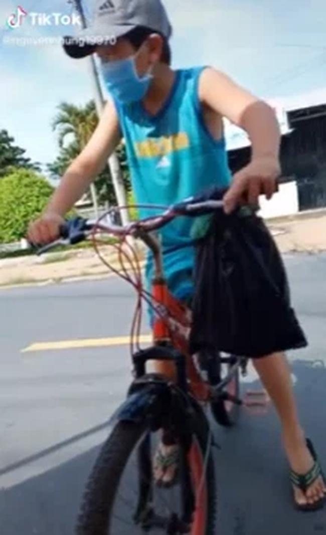 Cậu bé đạp xe xin qua chốt để đưa đồ cho ngoại, khi được hỏi mẹ đâu em cúi mặt trả lời một câu khiến tất cả nghẹn ngào-1