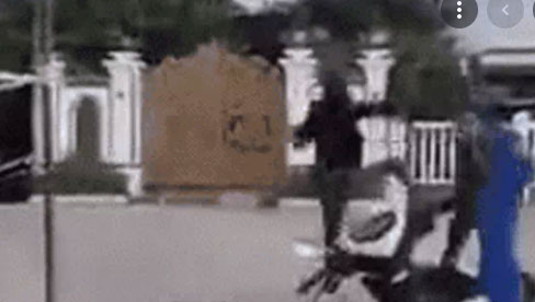 Người đàn ông chạy xe đâm gãy thanh chắn, tấn công công an ở chốt kiểm dịch và pha quật ngã trong vài giây