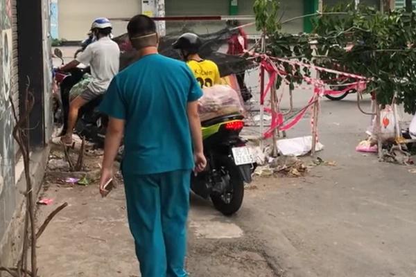Phẫn nộ nhóm người lao xe qua rào cách ly, mặc kệ nhân viên y tế năn nỉ như bật khóc-2