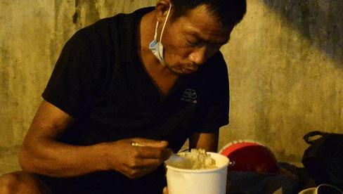 Xót xa cảnh những công nhân tay trắng, phải chọn gầm cầu, trạm xe để ngủ qua đêm trong những ngày giãn cách ở Hà Nội