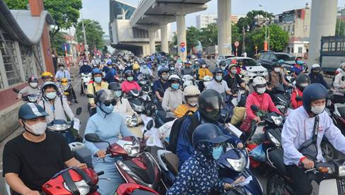 """Ảnh: Ùn tắc tại chốt kiểm soát """"vùng đỏ"""" ngày đầu đợt giãn cách lần thứ 4 tại Hà Nội"""