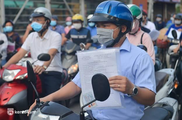 Ảnh: Ùn tắc tại chốt kiểm soát vùng đỏ ngày đầu đợt giãn cách lần thứ 4 tại Hà Nội-13