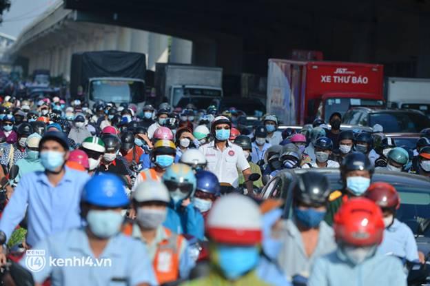 Ảnh: Ùn tắc tại chốt kiểm soát vùng đỏ ngày đầu đợt giãn cách lần thứ 4 tại Hà Nội-7