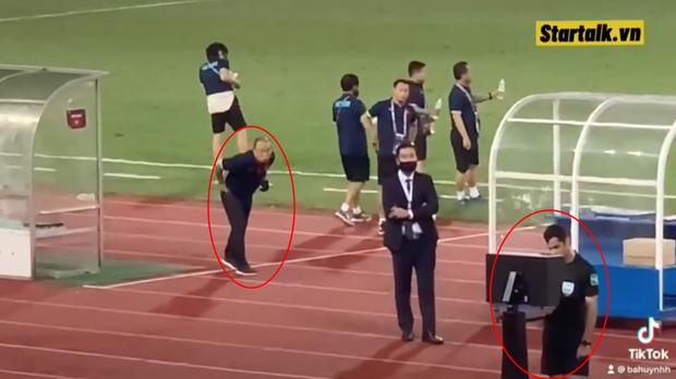 Clip: Bắt gặp thầy Park nhìn trộm khi trọng tài check VAR, biểu cảm cho tui xem với cute ngất trời-2