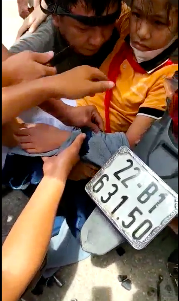 Căng thẳng theo dõi người dân giải cứu bé gái bị cuốn vào bánh xe máy, tất cả vì áo chống nắng-2