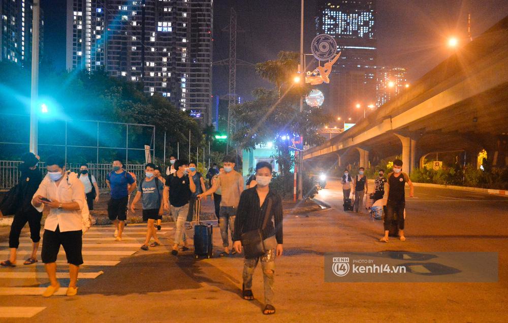 Hà Nội: Xót xa cảnh 30 công nhân xây dựng thất nghiệp, mò mẫm đi bộ hàng trăm km trong đêm rời Thủ đô về quê-1