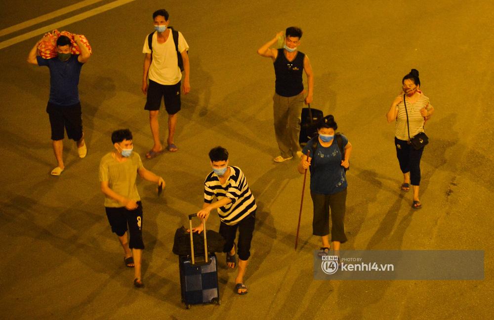 Hà Nội: Xót xa cảnh 30 công nhân xây dựng thất nghiệp, mò mẫm đi bộ hàng trăm km trong đêm rời Thủ đô về quê-10