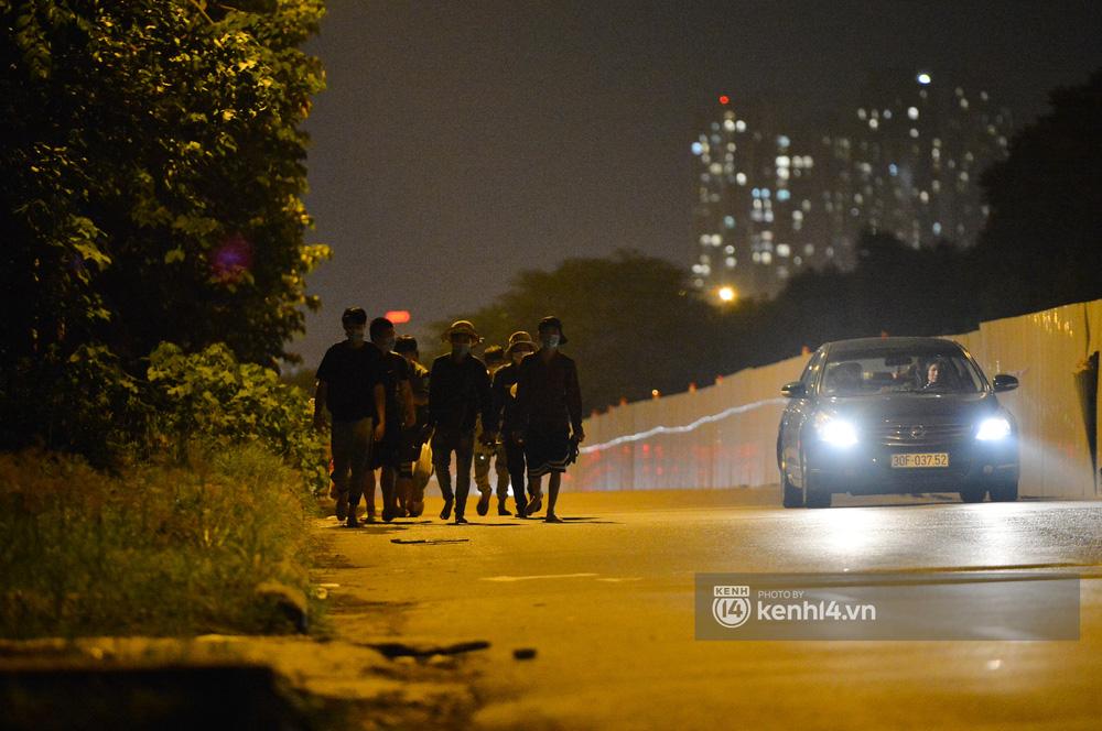 Hà Nội: Xót xa cảnh 30 công nhân xây dựng thất nghiệp, mò mẫm đi bộ hàng trăm km trong đêm rời Thủ đô về quê-11