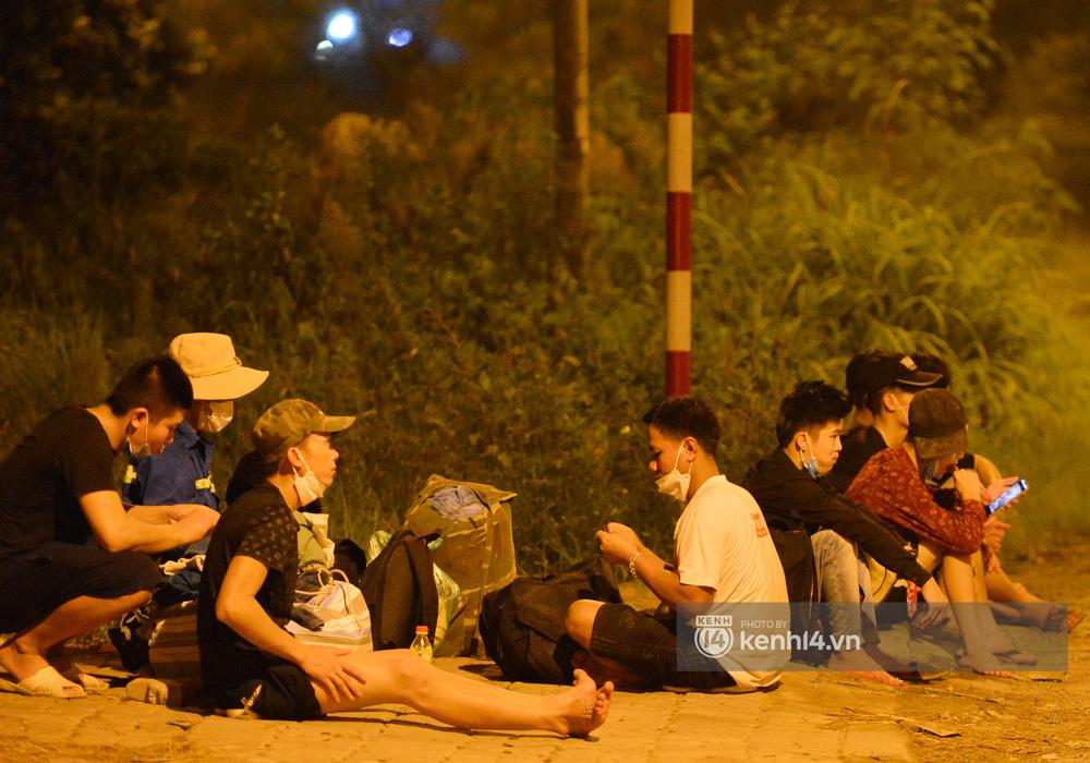 Hà Nội: Xót xa cảnh 30 công nhân xây dựng thất nghiệp, mò mẫm đi bộ hàng trăm km trong đêm rời Thủ đô về quê-12