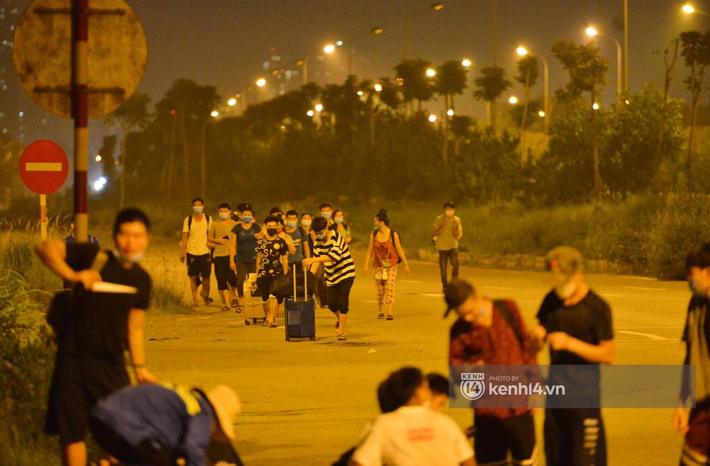 Hà Nội: Xót xa cảnh 30 công nhân xây dựng thất nghiệp, mò mẫm đi bộ hàng trăm km trong đêm rời Thủ đô về quê-13