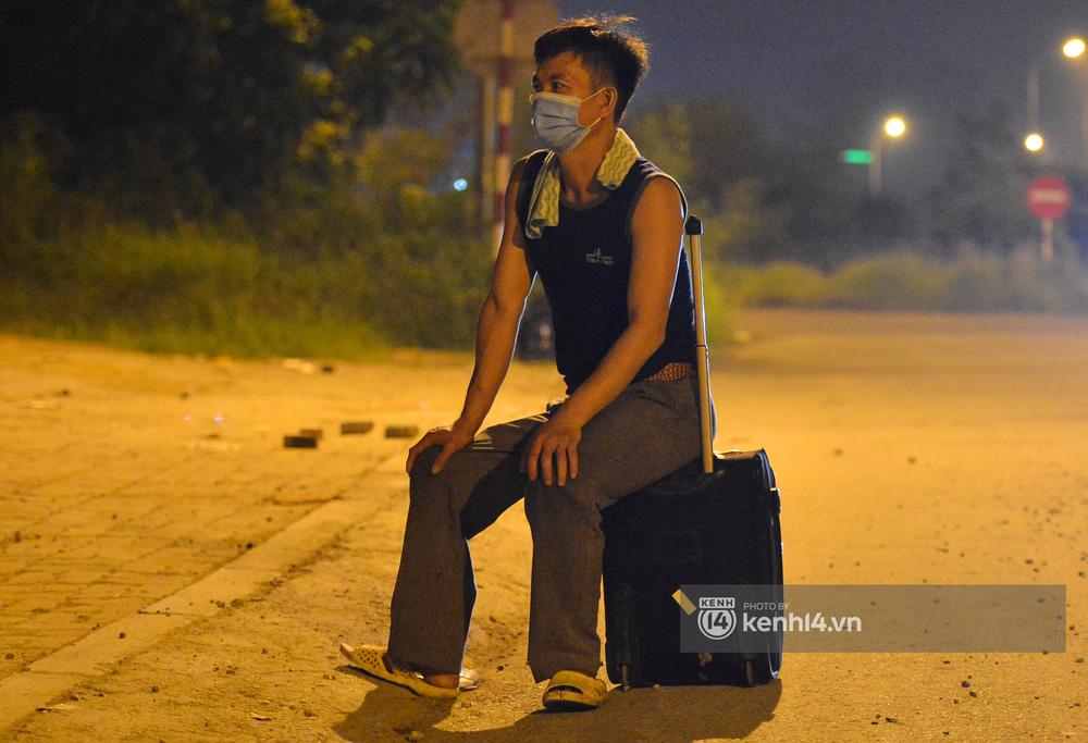 Hà Nội: Xót xa cảnh 30 công nhân xây dựng thất nghiệp, mò mẫm đi bộ hàng trăm km trong đêm rời Thủ đô về quê-14