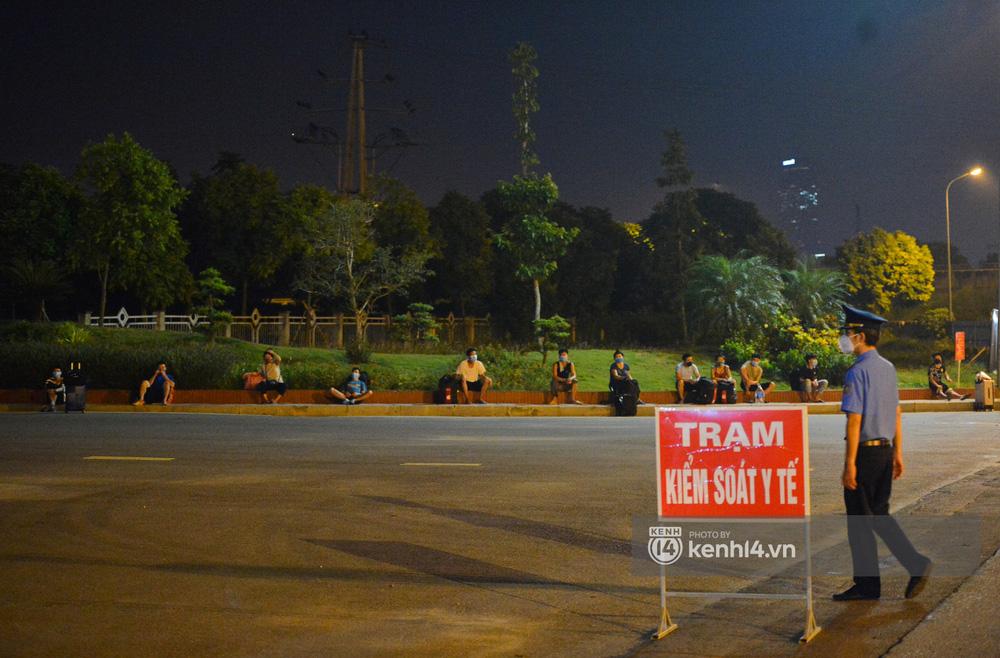 Hà Nội: Xót xa cảnh 30 công nhân xây dựng thất nghiệp, mò mẫm đi bộ hàng trăm km trong đêm rời Thủ đô về quê-15