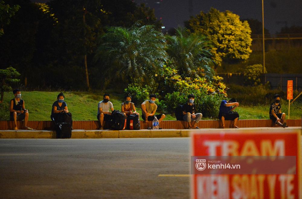Hà Nội: Xót xa cảnh 30 công nhân xây dựng thất nghiệp, mò mẫm đi bộ hàng trăm km trong đêm rời Thủ đô về quê-16