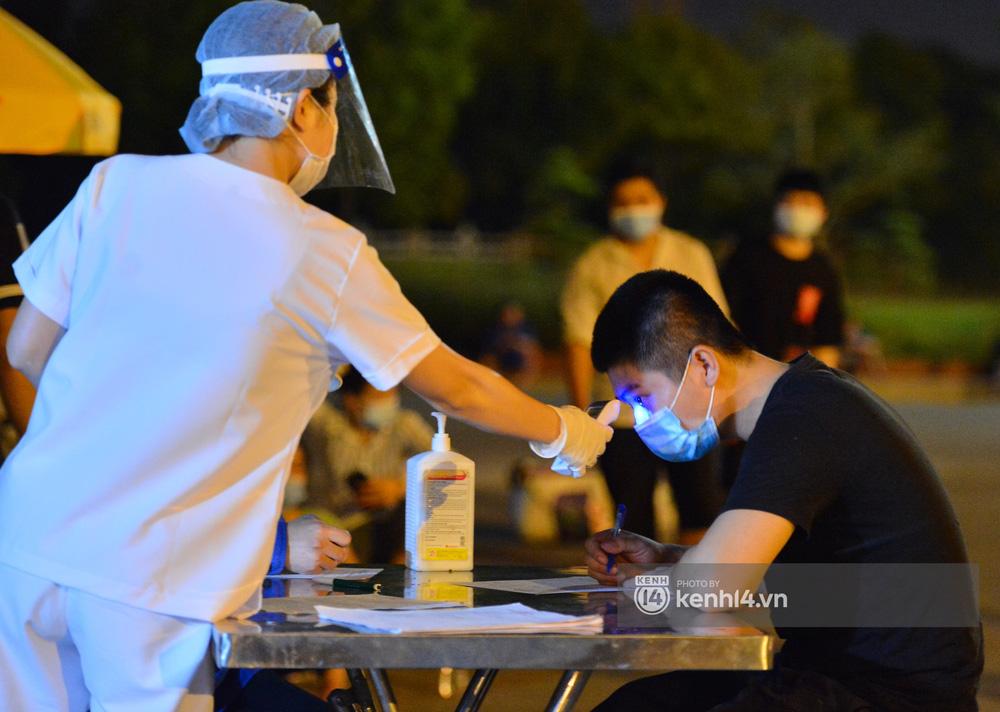 Hà Nội: Xót xa cảnh 30 công nhân xây dựng thất nghiệp, mò mẫm đi bộ hàng trăm km trong đêm rời Thủ đô về quê-17