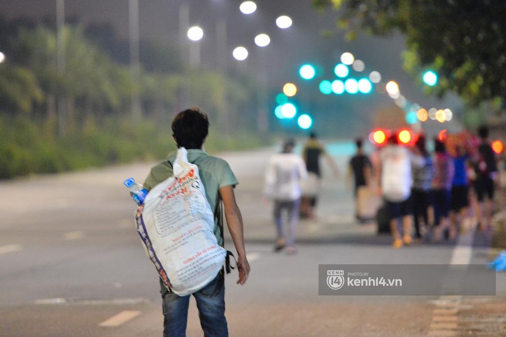 Hà Nội: Xót xa cảnh 30 công nhân xây dựng thất nghiệp, mò mẫm đi bộ hàng trăm km trong đêm rời Thủ đô về quê-18