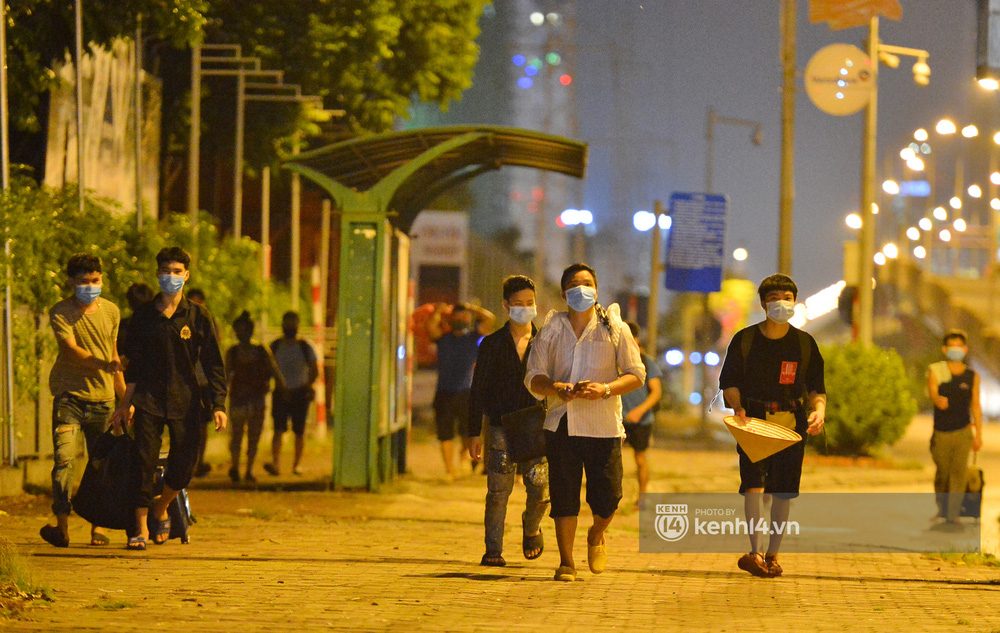 Hà Nội: Xót xa cảnh 30 công nhân xây dựng thất nghiệp, mò mẫm đi bộ hàng trăm km trong đêm rời Thủ đô về quê-2
