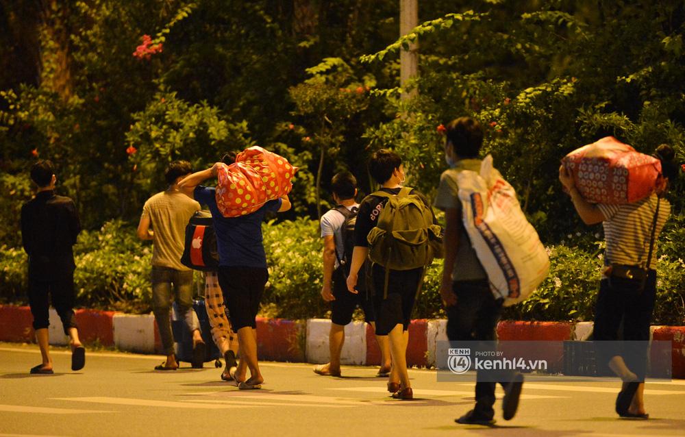 Hà Nội: Xót xa cảnh 30 công nhân xây dựng thất nghiệp, mò mẫm đi bộ hàng trăm km trong đêm rời Thủ đô về quê-3