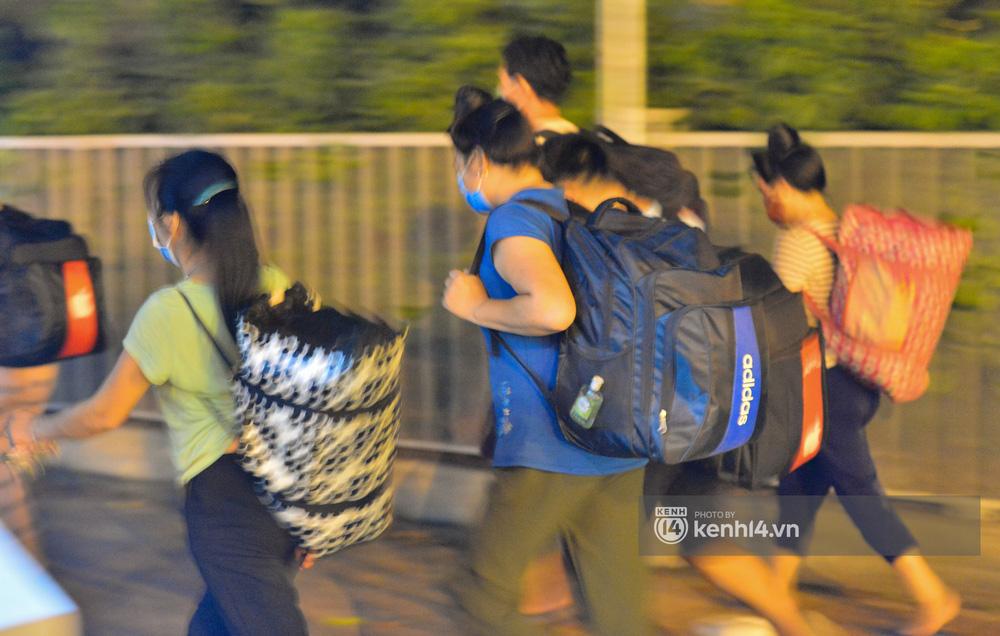 Hà Nội: Xót xa cảnh 30 công nhân xây dựng thất nghiệp, mò mẫm đi bộ hàng trăm km trong đêm rời Thủ đô về quê-4