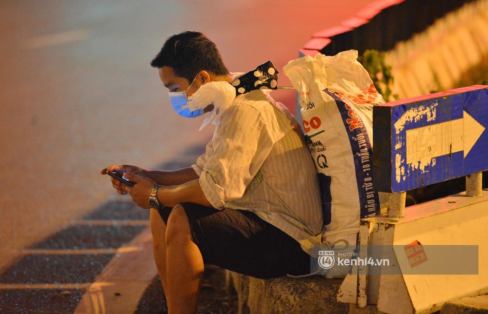 Hà Nội: Xót xa cảnh 30 công nhân xây dựng thất nghiệp, mò mẫm đi bộ hàng trăm km trong đêm rời Thủ đô về quê-5