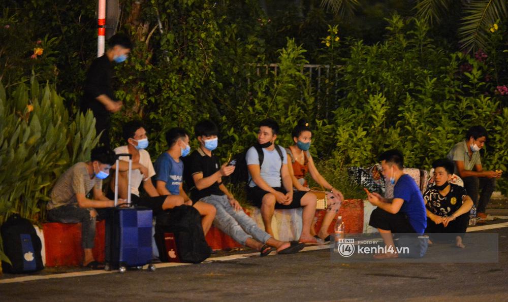 Hà Nội: Xót xa cảnh 30 công nhân xây dựng thất nghiệp, mò mẫm đi bộ hàng trăm km trong đêm rời Thủ đô về quê-6