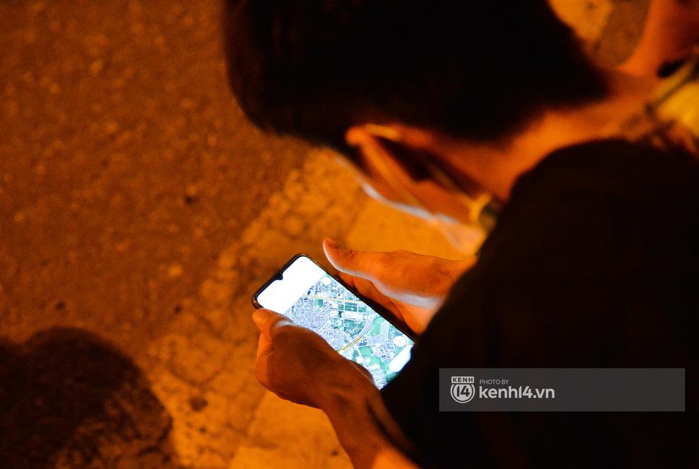 Hà Nội: Xót xa cảnh 30 công nhân xây dựng thất nghiệp, mò mẫm đi bộ hàng trăm km trong đêm rời Thủ đô về quê-7