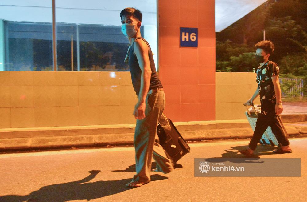 Hà Nội: Xót xa cảnh 30 công nhân xây dựng thất nghiệp, mò mẫm đi bộ hàng trăm km trong đêm rời Thủ đô về quê-8