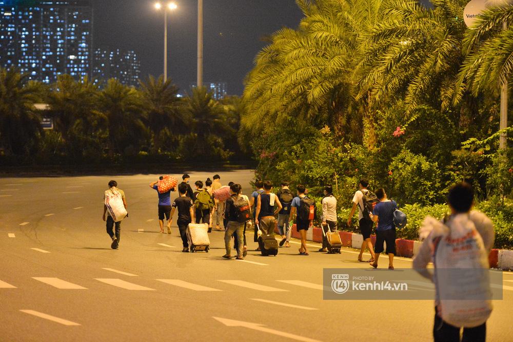 Hà Nội: Xót xa cảnh 30 công nhân xây dựng thất nghiệp, mò mẫm đi bộ hàng trăm km trong đêm rời Thủ đô về quê-9
