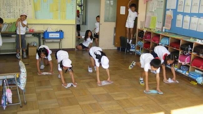 Dọn dẹp lớp học – bài học khiến cả thế giới ngưỡng mộ học sinh Nhật Bản