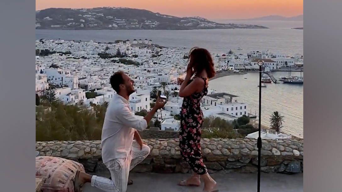 Màn cầu hôn lãng mạn dưới ánh hoàng hôn ở Hy Lạp