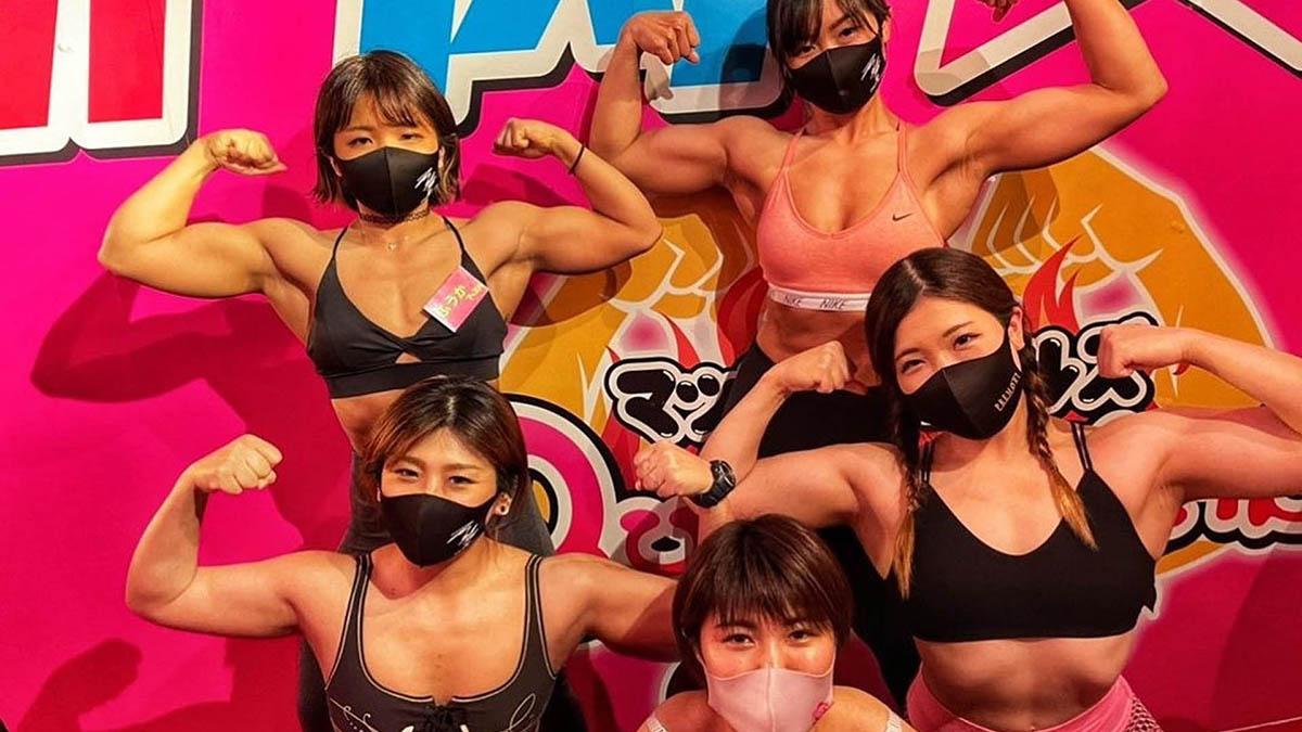 Quán bar với các nữ phục vụ cơ bắp ở Nhật