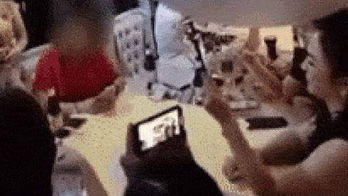 Xôn xao clip bà Phương Hằng ngồi cùng bàn với một nhóm đang chơi bài trong bữa tiệc tại gia sang chảnh