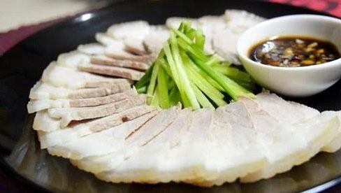 Trước khi nấu ăn, nhiều người đem chần thịt lợn qua nước nóng để loại bỏ chất bẩn: Chuyên gia nói