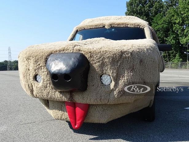 Xe van Ford Econoline hình chó nhồi bông cực dị-1