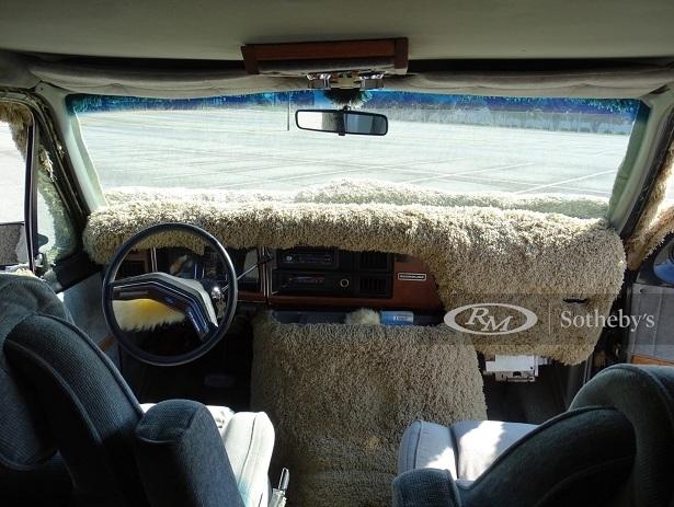 Xe van Ford Econoline hình chó nhồi bông cực dị-3