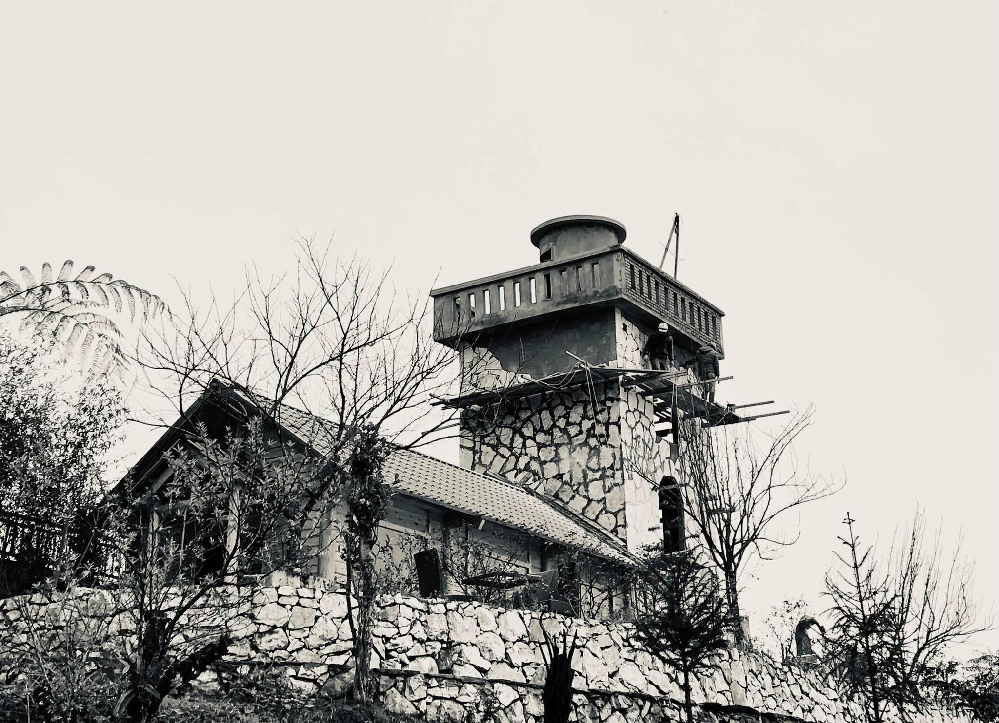 Người đàn ông mê biển nhưng lên núi xây hải đăng cho gia đình sinh sống-4