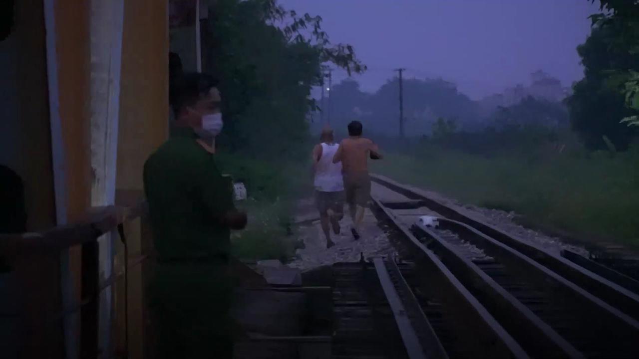 Người Hà Nội tập thể dục trên đường tàu bất chấp lệnh cấm